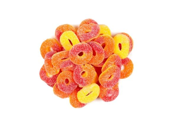 Кольца желе, изолированные на белом фоне. оранжевые кольца.