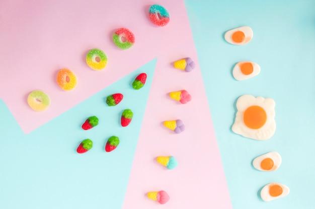 젤리 딸기, 링, 아이스크림 및 튀긴 계란