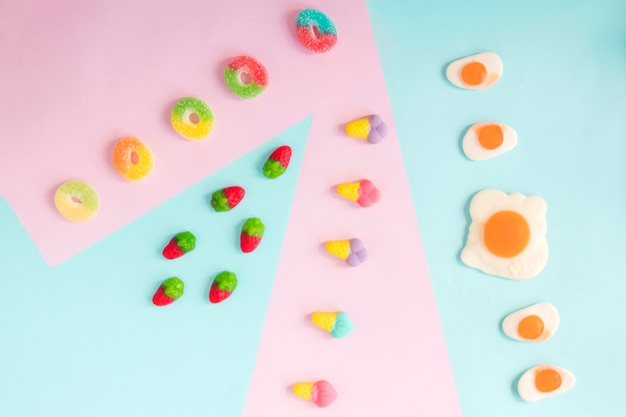 Jelly fragole, anelli, gelati e uova fritte