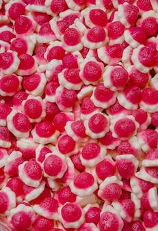 ゼリーストロベリーとraspberrygummiキャンディーのクローズアップの背景