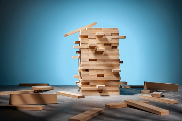 ジェンガゲーム、青の木製ブロックの塔