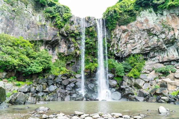 Водопад джеонбанг на острове чеджу