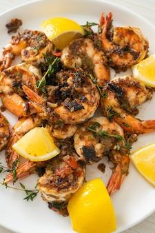 Креветки в вяле или креветки на гриле по-ямайски на тарелке