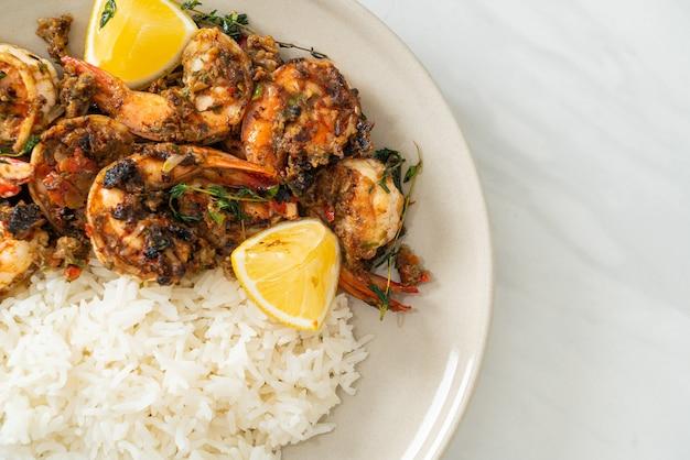 Креветки вяленые или жареные креветки по-ямайски с лимоном и рисом