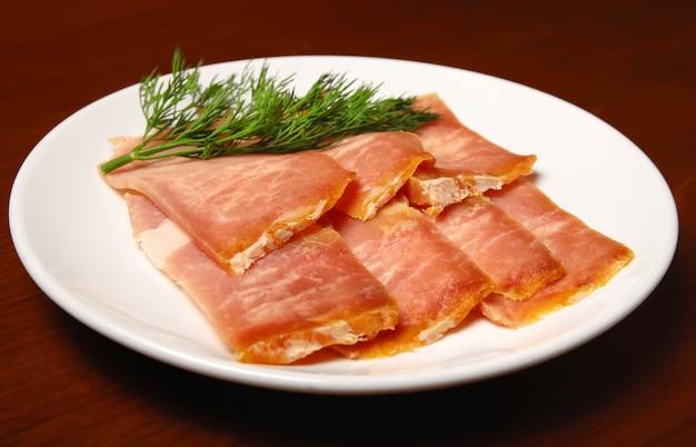 Кусочки вяленого мяса на тарелке. билтонг
