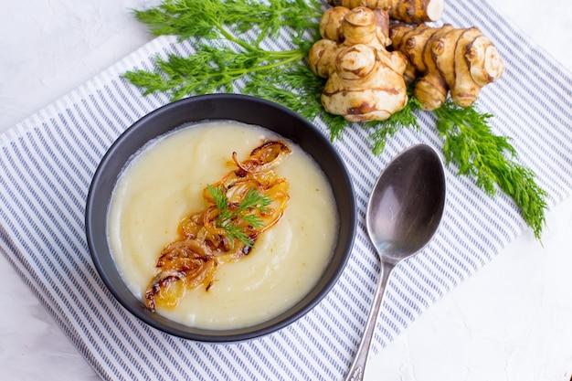 エルサレムアーティチョーククリームスープ Premium写真