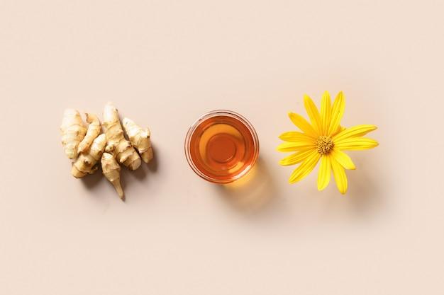 ボトルの花と根のエルサレムアーティチョークシロップ