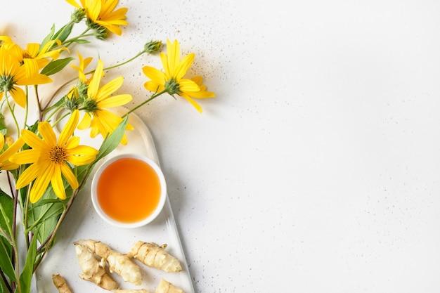 그릇 꽃과 뿌리에 예루살렘 아티초크 시럽