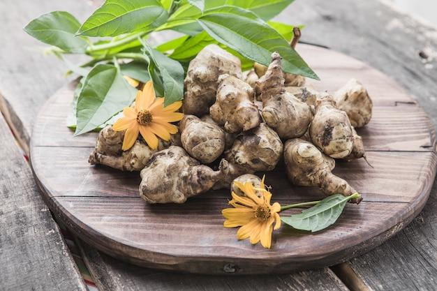 예루살렘 아티초크 괴경. 선루트, 순초크, 어스애플, 토피남부르 또는 램초크라고도 하는 helianthus tuberosus의 갓 수확한 뿌리입니다. 뿌리채소로 사용.