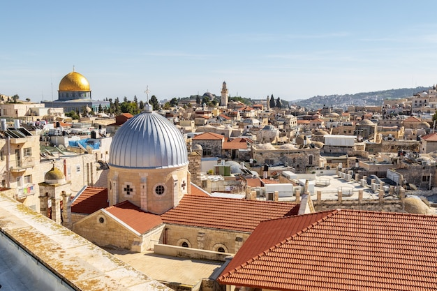 キリスト教徒、ユダヤ人、イスラム教徒の神聖な場所へのエルサレムのパノラマルーフビュー。