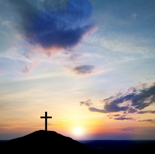 イエス・キリストは彼の十字架を運びます。イースター、美しい自然。空