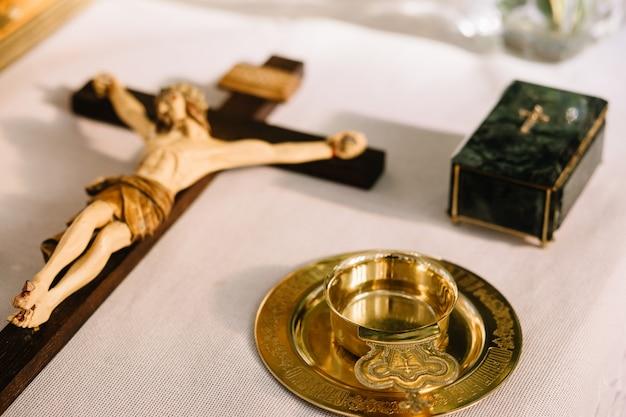 木製の十字架上のイエス