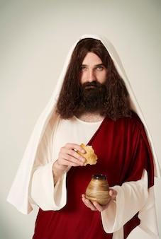 포도주 주전자와 빵 한 조각을 든 예수