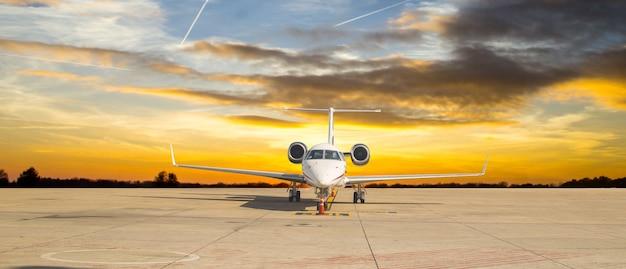 Реактивный самолет готов к перевозке пассажиров vip к терминалу.