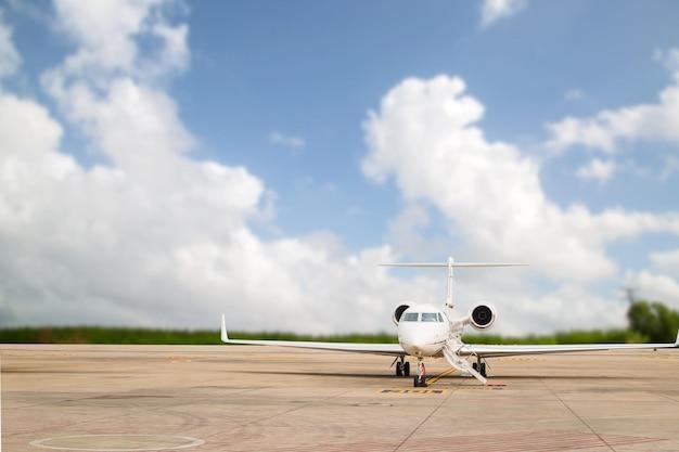 Остановка реактивного самолета для ожидания vip-пассажира на взлетно-посадочной полосе.