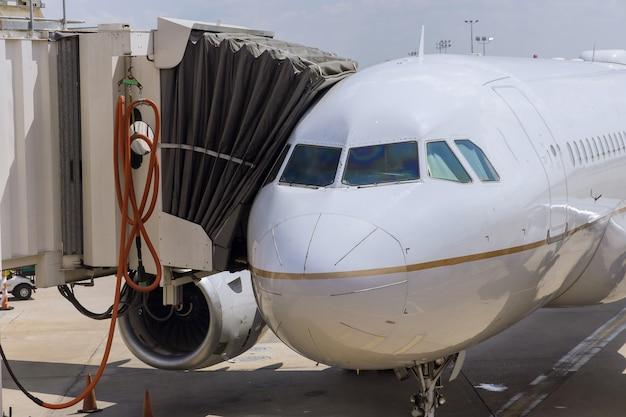 Реактивный двигатель против самолета в аэропорту при загрузке
