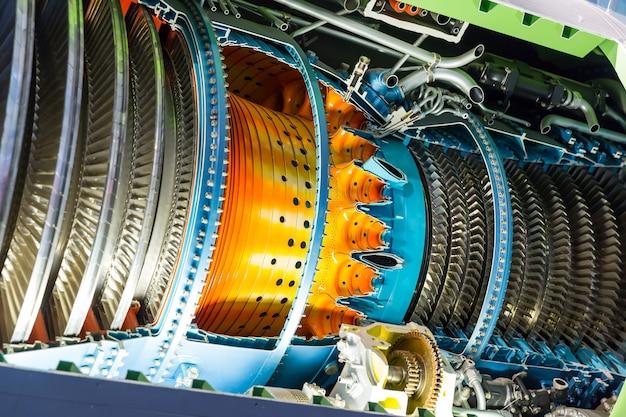 内部のジェットエンジン。