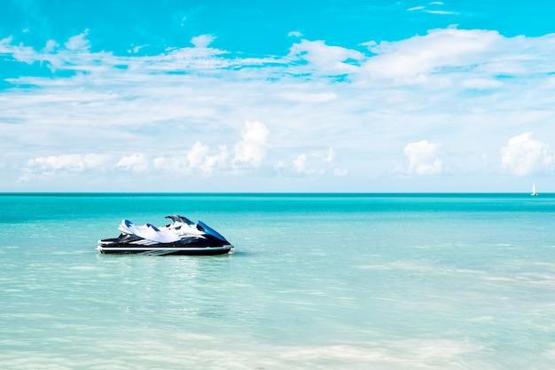 カリブ海のジェットスキー係留または驚くべき青い背景、夏のスタイルのビーチ