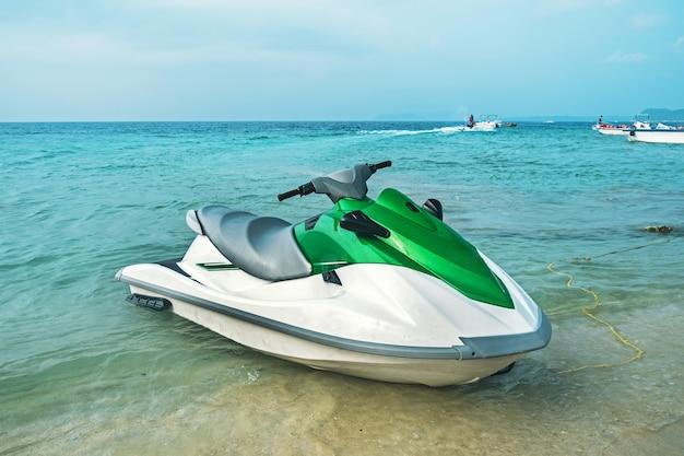 Водные лыжи на пляже. гидроцикл, лыжи, водный мотоцикл. концепция морских развлечений летом на морском курорте