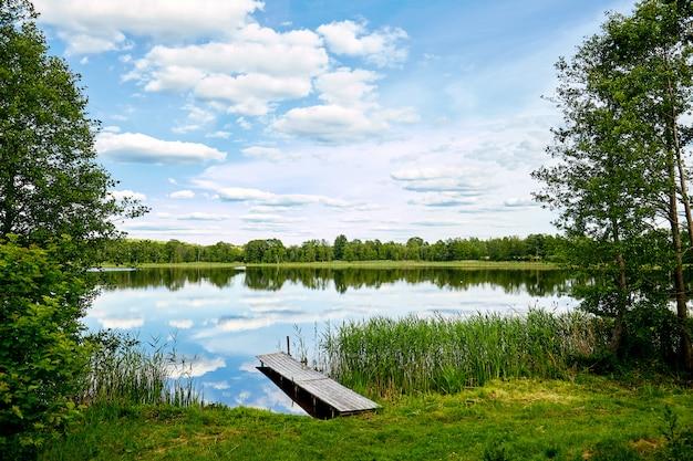 Пристань на реке, отражение неба в воде
