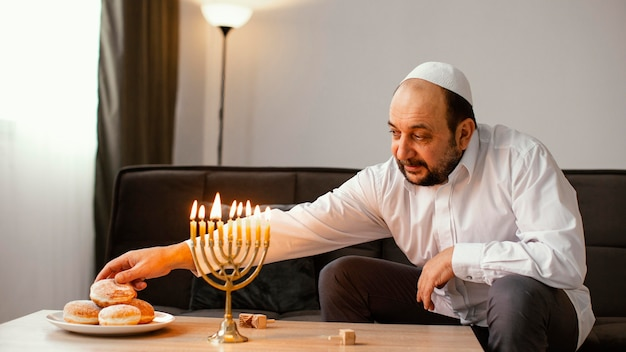 거룩한 날을 축 하하는 유대인 남자