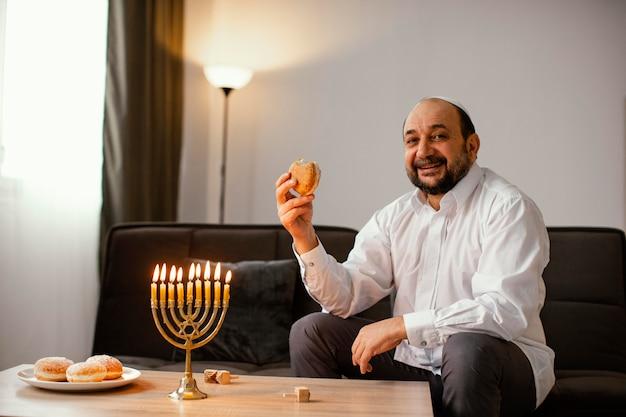 Еврей мужчина празднует святой день