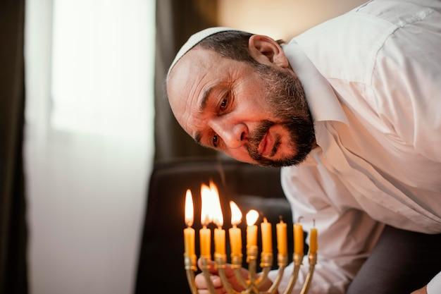 Uomo ebreo che celebra un giorno santo