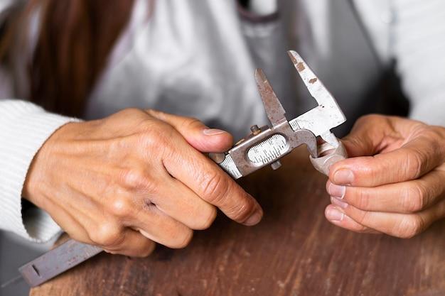 기계 도구를 사용하는 보석상 손