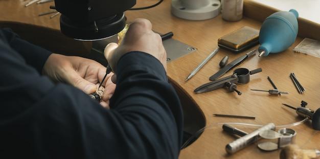 Рабочее место ювелира. инструменты и оборудование для ювелирных работ