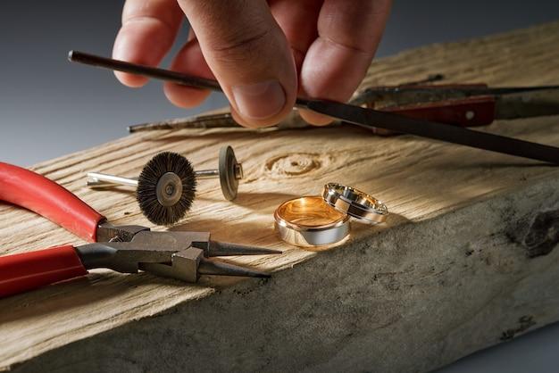 보석상 연마 도구, 로즈 골드 및 화이트 골드 결혼 반지 프리미엄 사진