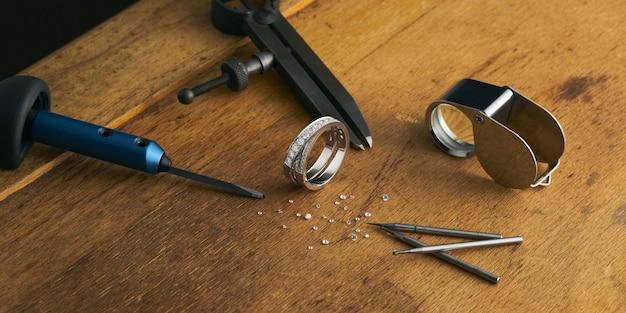 보석 세공인 도구, 다이아몬드와 금반지가있는 조각사 작업대