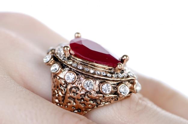 Ювелирное кольцо на белом фоне