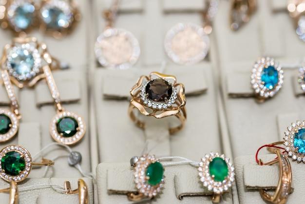 Ювелирные изделия с драгоценными камнями на витрине в магазине