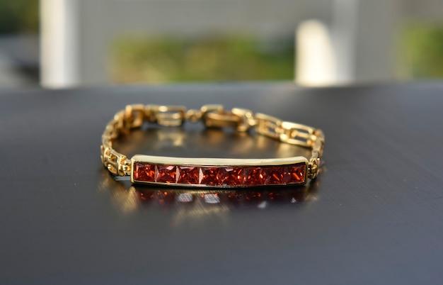 ジュエリーバングル装飾された赤いルビー