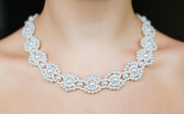 ジュエリーのコンセプト。女性の首に結婚式のネックレスのクローズアップの肖像画