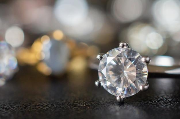 검은 배경에 설정 보석 다이아몬드 반지를 닫습니다.