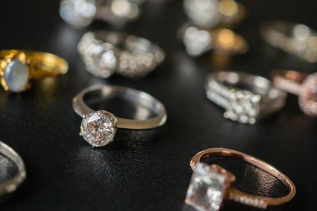 黒の背景に設定されたジュエリーダイヤモンドリングをクローズアップ
