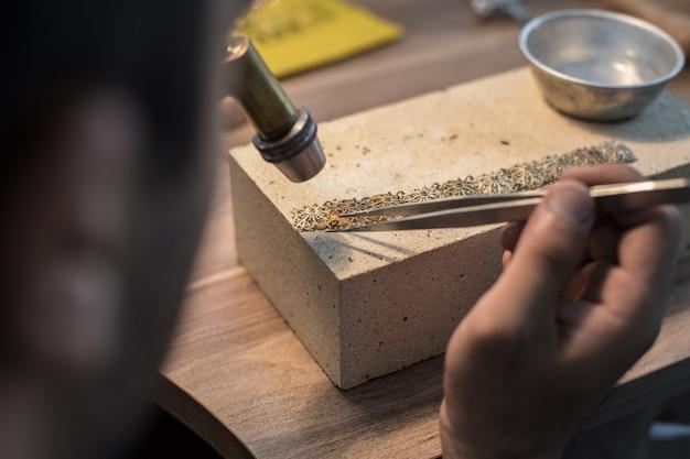 Изготовитель ювелирных изделий делает изысканные и дорогие украшения
