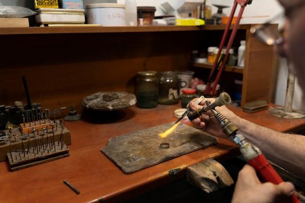 Creatore di gioielli che lavora da solo nell'atelier