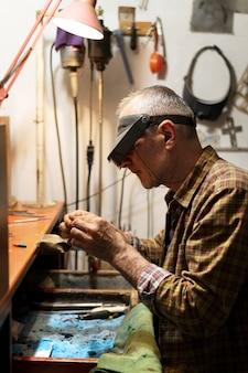 アトリエで一人で働くジュエリーメーカー