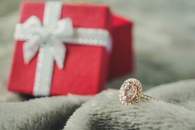 빨간 선물 상자 배경으로 보석 핑크 다이아몬드 반지