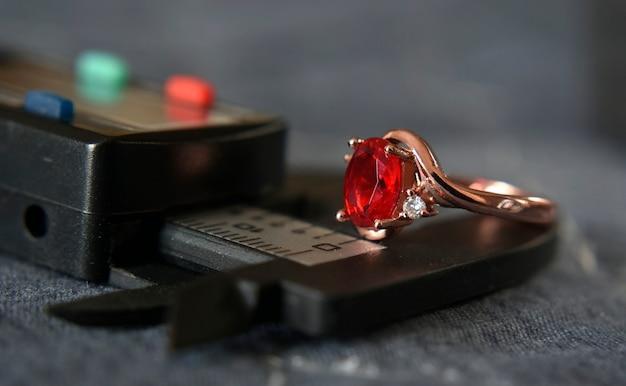 Ювелирный рубин с золотым кольцом