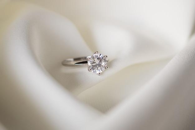 Ювелирное обручальное кольцо с бриллиантом крупным планом