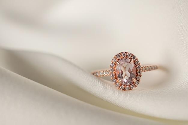 Ювелирное обручальное кольцо с розовым бриллиантом крупным планом