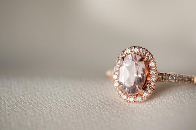 보석 웨딩 핑크 다이아몬드 반지가 가까이