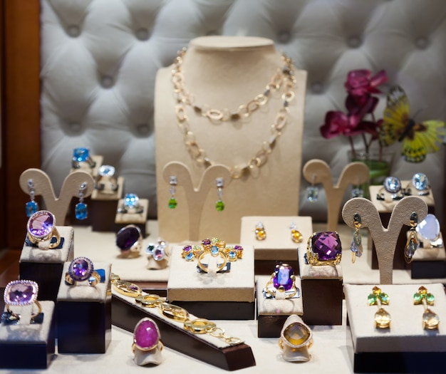 Ювелирные изделия с драгоценными камнями на витрине