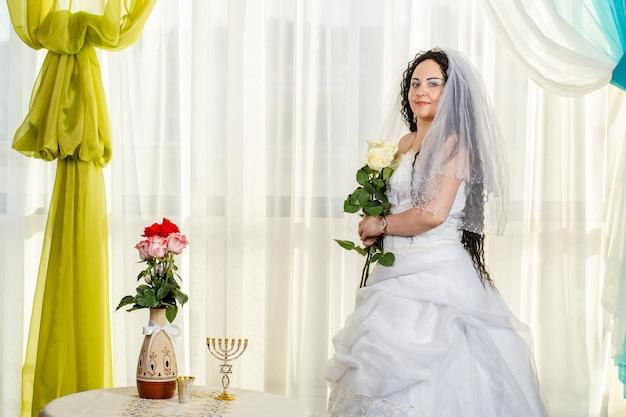 フッパー式の前に新郎を待っているユダヤ人の花嫁