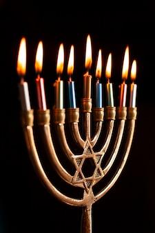 Еврейский зажженный подсвечник