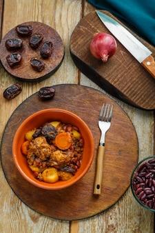 재료 근처 접시에 테이블에 고기와 함께 유태인 요리 셔틀. 세로 사진