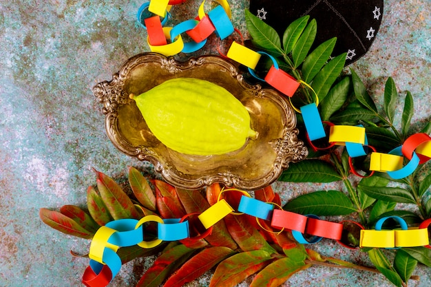 Еврейский праздник суккот над бумажной красочной цепной гирляндой на кипе
